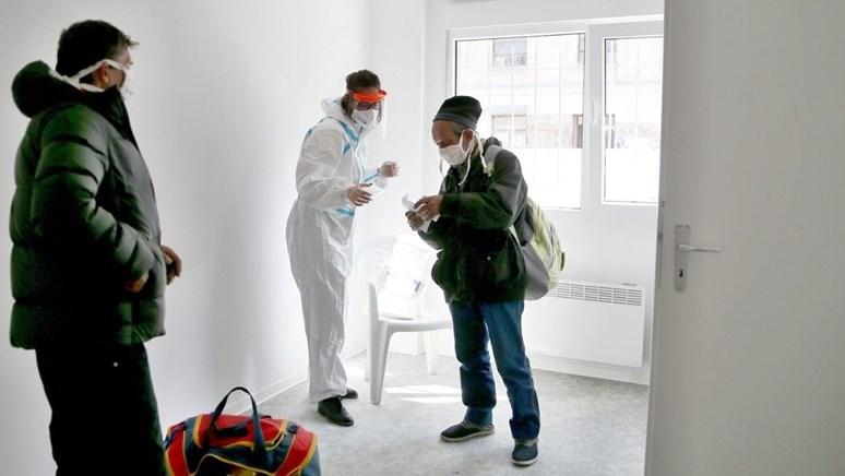 Adéla Kubíčková koordinuje ostatní dobrovolníky z fakulty sociálních studií v kontaktním centru pro lidi bez domova. Foto: archiv Adély Kubíčkové