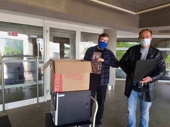 Další počítače putují do Domova pro seniory Sluníčko, přebírá je ředitel domova Marek Tejzr.
