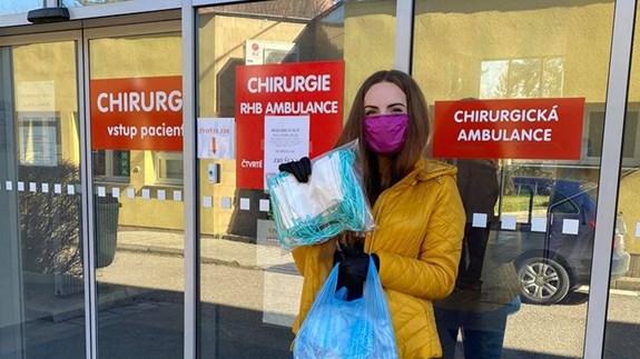 Veronika Podolská distribuuje roušky; zdroj: Facebook CSR Rychnovsko.