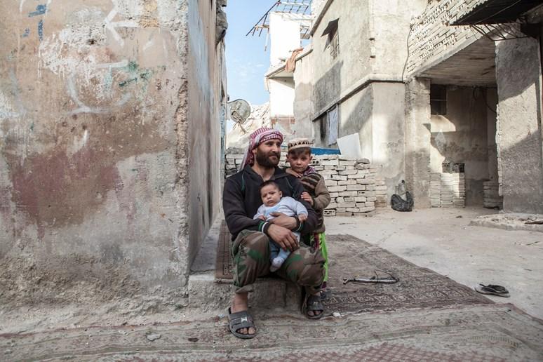 Rodina v ruinách. Trvající válečný konflikt dětem zkomplikoval vyhlídky na budoucnost. Archiv Markéty Kutilové