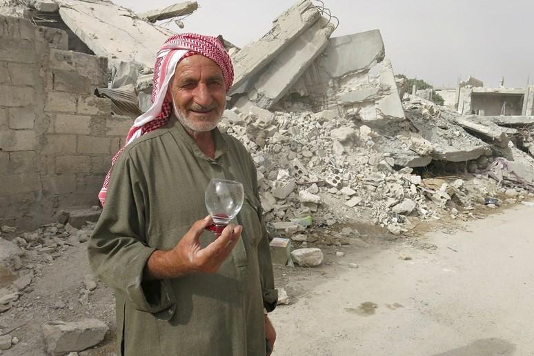 Muž v rozbombardované části města. Život zde se jen velmi pomalu vrací k normálu Archiv Markéty Kutilové