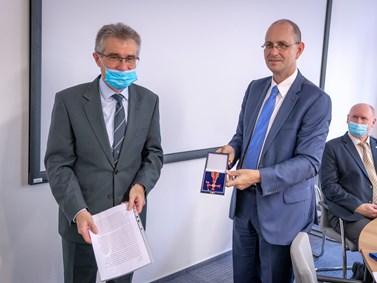 Německý velvyslanec Dr. Christoph Israng předává ocenění Zdeňku Marečkovi.