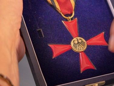 Detail kříže Za zásluhy se stuhou