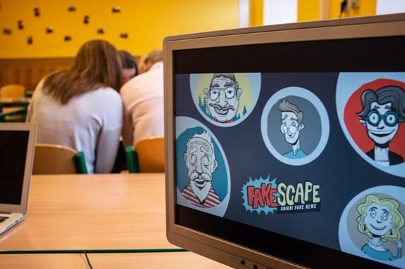 <em>Cenu děkana získali i studenti ze spolku Fakescape, kteří se věnují vzdělávání středoškoláků a informování veřejnosti o falešných zprávách. Foto: Marie Drahoňovská</em>