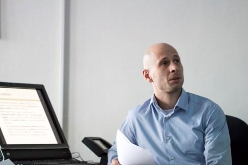 Michal Tkaczyk hovoří o svém výzkumu, v němž zjišťoval, jak česká zpravodajská média informují o tzv. uprchlické krizi. Foto: Petr Barták