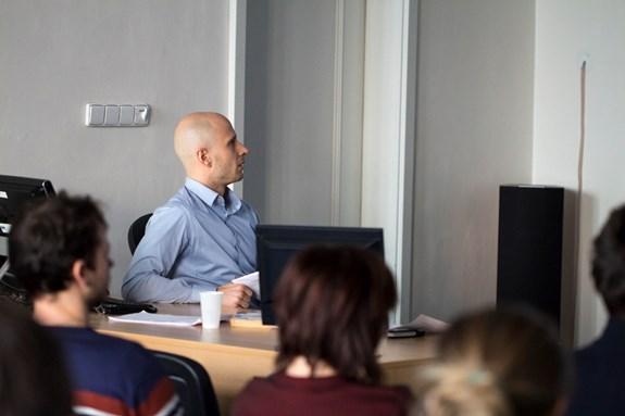 Michal Tkaczyk mluví o výzkumu mediálního pokrytí uprchlické krize. Foto: Petr Barták