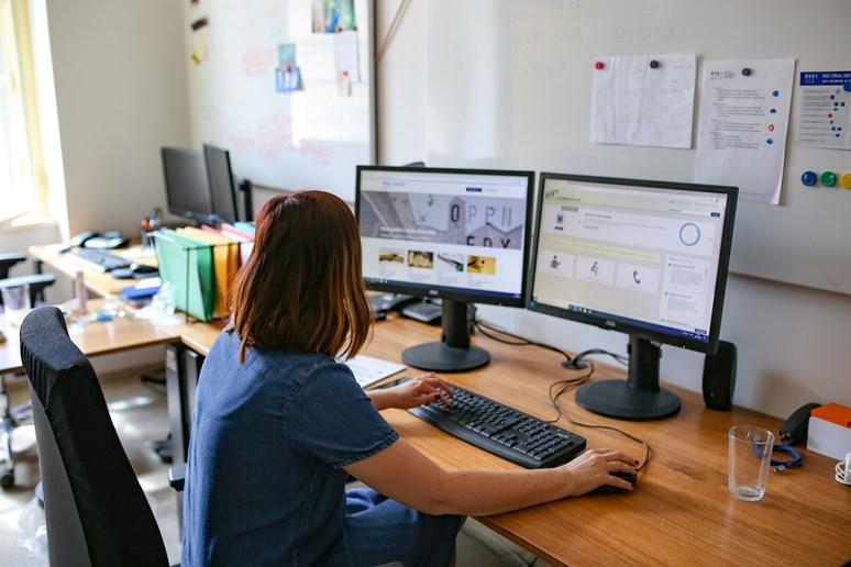 Také Ludmila Horáková tráví aktuálně nejvíce času v kanceláři u počítače. Foto: Blanka Štolcová