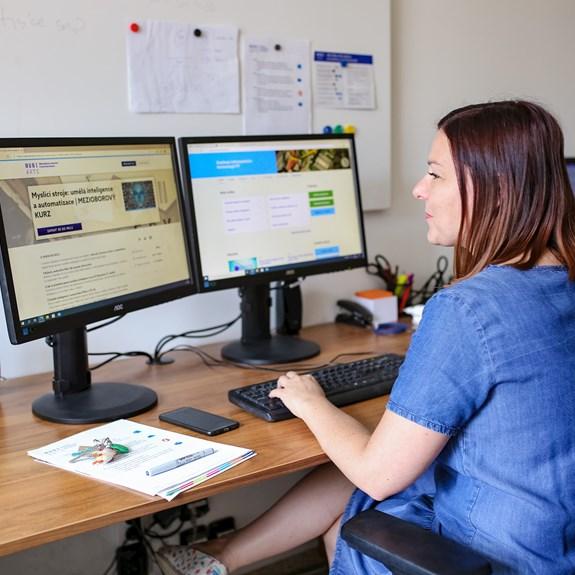 Ludmila Horáková koordinuje činnost Kanceláře e-learningu. Foto: Blanka Štolcová