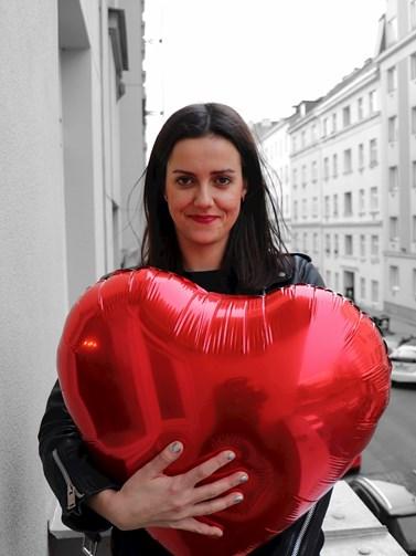Karolína Sadílková má zkušenosti se psanou žurnalistikou i prací v televizi. Teď své místo našla jako mluvčí politické strany. Zdroj: Karolína Sadílková