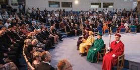 Absolventi FSpS převzali pamětní bronzové medaile