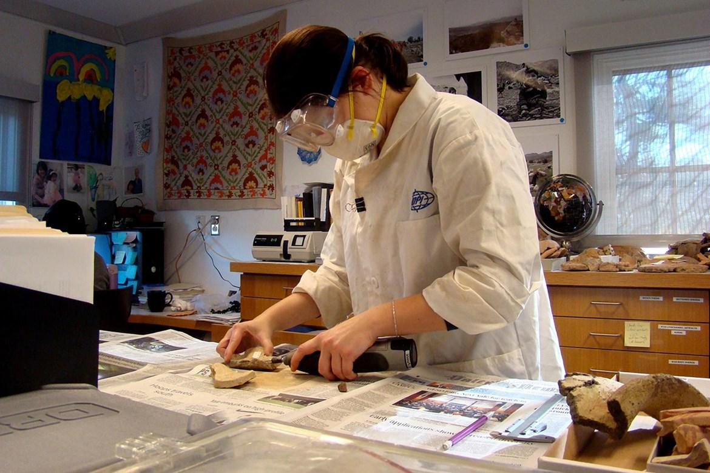 Zpracování keramických nálezů v laboratoři Department of Anthropology , Yale University.