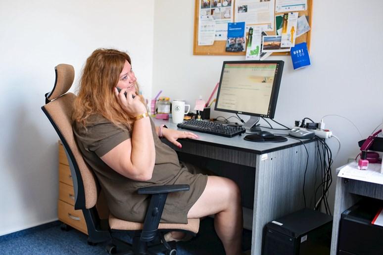 Petra Mejzlíková v typické pracovní situaci minulých měsíců, tedy s telefonem v ruce. Foto: Blanka Štolcová
