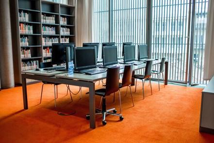 Stůl s počítači v Tiché studovně