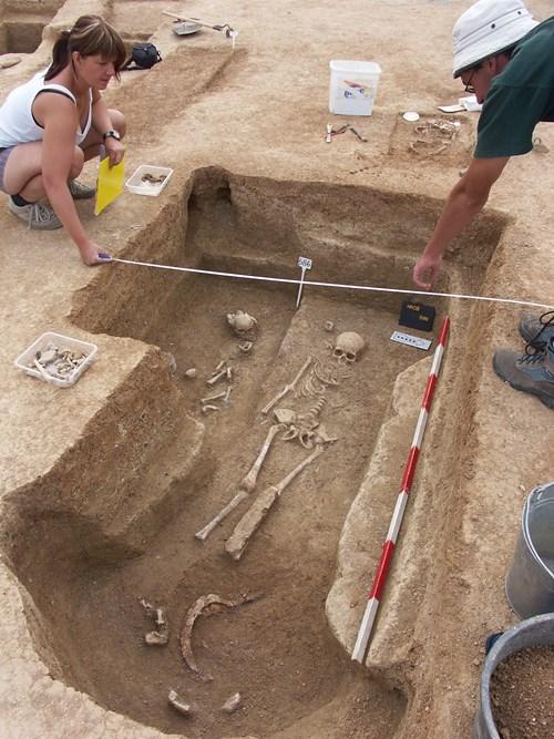 Práce na dokumentaci hrobového celku.