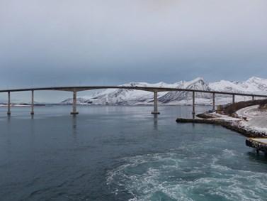 Za Arktidu se označuje území za severním polárním kruhem. Hustota osídlení Arktidy je velmi nízká, žijí zde asi čtyři miliony lidí. Na fotografii je most Sandnessund spojující ostrovy Tromsøya a Kvaløya Norsku. Foto: Barbora Padrtová