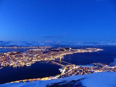 Arktida je známá bohatými ložisky ropy a zemního plynu. Nový projekt se zaměří i na to, zda může být nerostné bohatství příčinou konfliktu. Fotografie zachycuje pohled na norské město Tromsø. Foto: Barbora Padrtová