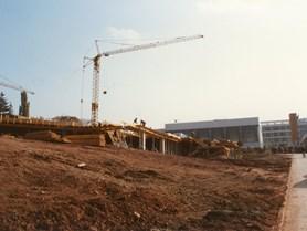 Stavba budovy v počáteční fázi.