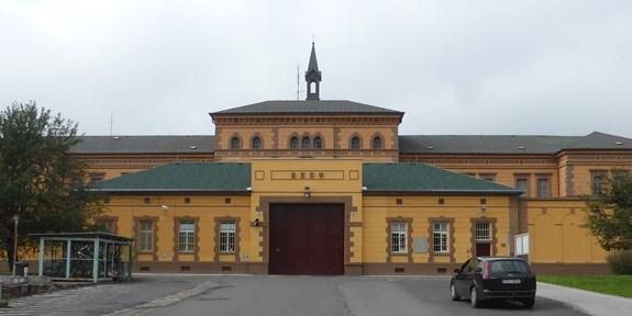 <span>Věznice Plzeň-Bory, vchod, Aisano, Wikimedia Commons, CC 3.0</span>