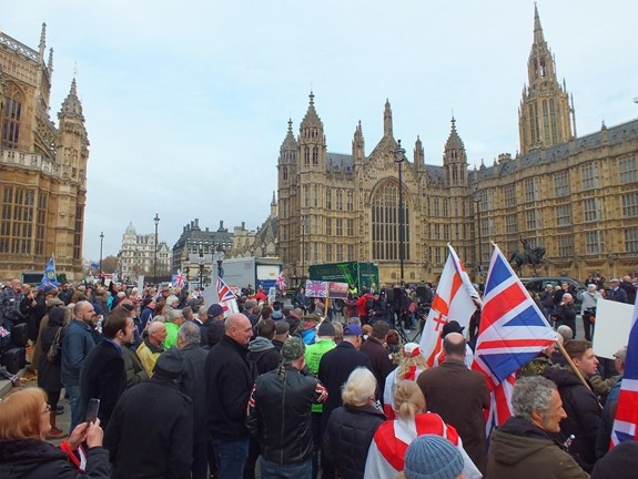 "<em>Foto: Pochod pro brexit před britským parlamentem /</em><em> ""Photograph of a Brexit rally outside of Parliament 23/11/2016"", Bulverton, CC BY-SA 4.0. Zdroj: </em><a href=""https://commons.wikimedia.org/wiki/File:Brexit_Campaigners_out_side_Parliament_November_2016.jpg""><em>https://commons.wikimedia.org/wiki/File:Brexit_Campaigners_out_side_Parliament_November_2016.jpg</em></a>"