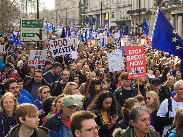 "Foto: Protestní pochod odpůrců brexitu Londýnem / ""People's Vote march - a million protest against Brexit"", TeaMeister, Flickr, CC BY 2.0. Zdroj: https://www.flickr.com/photos/158710843@N02/32566081597"