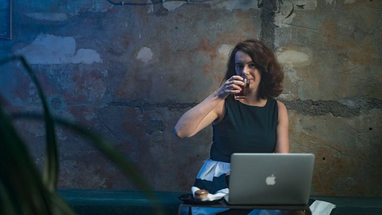 Malé kavárny jsou ideálním místem pro studium nebo psaní seminární práce, jak dobře ví Tereza Kalábová. Foto: Jiří Mucha