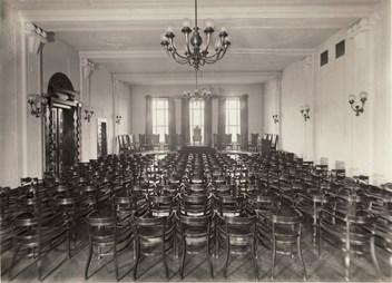 Interiér auly Filozofické fakulty MU, stav v roce 1924