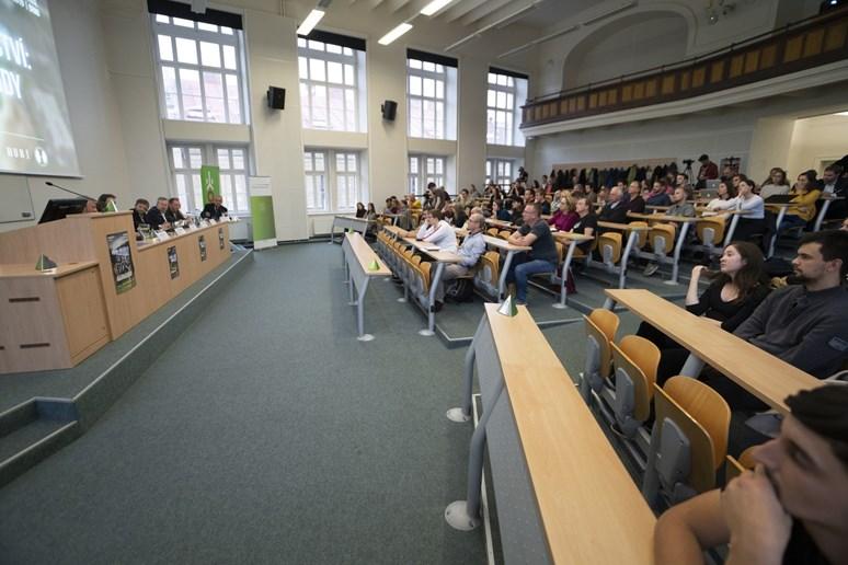 Besedy na téma udržitelné spotřeby se zúčastní také ministr životního prostředí Richard Brabec. Minulý rok se beseda odehrála na fakultě sociálních studií. Letos si ji zájemci budou moct pustit doma. Foto: archiv Ekofilm