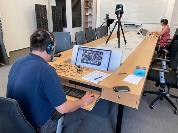 Vyučující z katedry mediálních studií a žurnalistiky přednášejí v prázdných učebnách. Zdroj: Facebook katedry mediálních studií a žurnalistiky