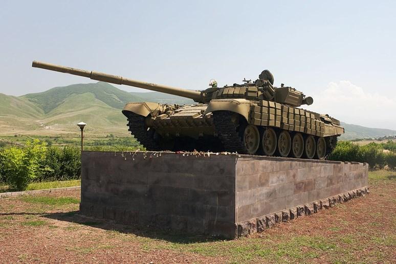 Tank T-72 v památníku ve městě Askeran nedaleko Stěpankertu, Náhorní Karabach, Foto: KennyOMG, Wikimedia Commons, CC0 1.0