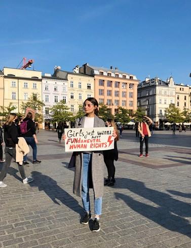 Jedna z protestujících dívek na hlavním náměstí v Krakově. Autorka fotografie: Anna Meliksetian