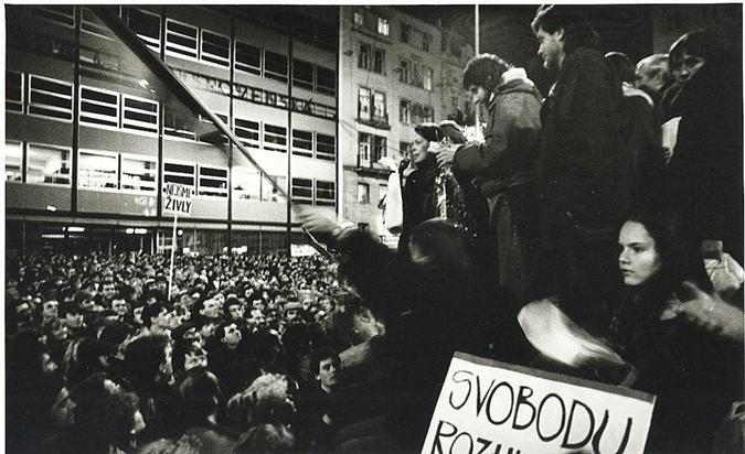 20. listopadu 1989 se na Náměstí Svobody sešlo asi tisíc studentů a pedagogů nejméně ze dvanácti vysokých škol.