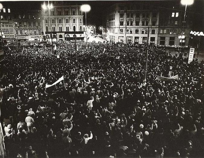 Demonstrace 20. listopadu na Náměstí Svobody vBrně. Zdroj: http://www.zpravybrno.cz/item/31-v-brne-byl-dulezitejsi-20-listopad-1989.html