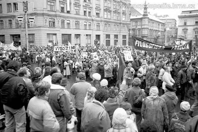Fotografie demonstrací na Náměstí Svobody. Encyklopedie Brna. Zdroj: http://www.munimedia.cz/prispevek/po-stopach-brnenskeho-sametu-kde-to-v-listopadu-1989-vrelo-15958/