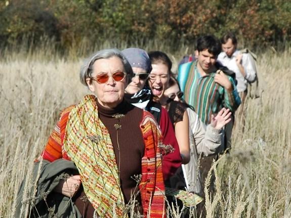 <em>Hana Librová na exkurzi se studenty environmentálních studií. Librová je profesorkou sociologie, ale vystudovala i biologii, jejíž základní pravidla jsou podle ní nezbytná i pro pochopení environmentálních problémů. Foto: archiv katedry environmentálních studií</em>