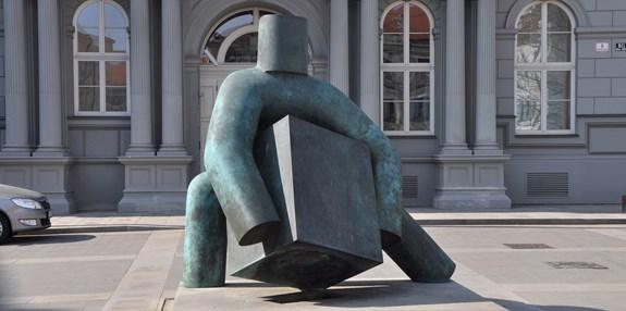 Foto: Ben Skála, <span>socha Spravedlnosti před budovou Nejvyššího správního soudu na Moravském náměstí v Brně, Wikimedia Commons, CC-BY-SA-3.0,2.5,2.0,1.0.</span>