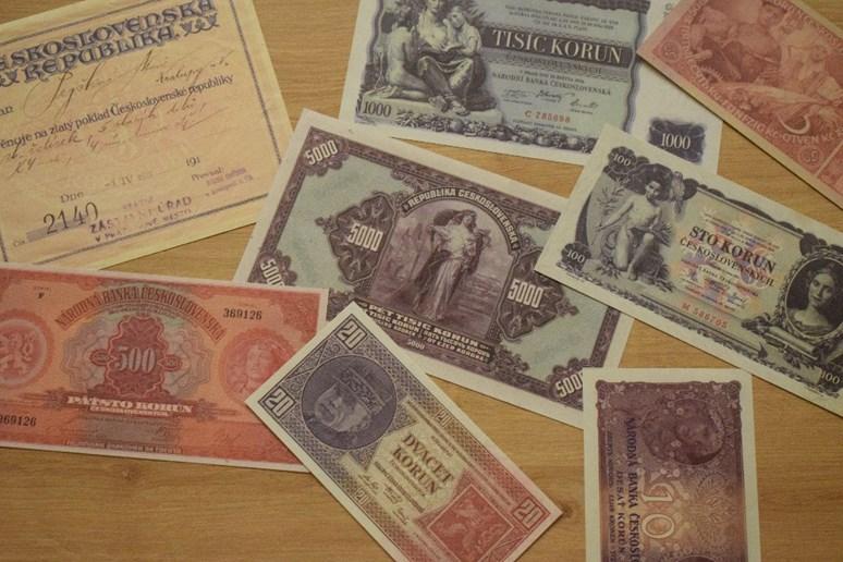 Do vzniku Národní banky československé roku 1926 emitoval peníze Bankovní úřad ministerstva financí. Foto: Dobové bankovky, autorská fotografie