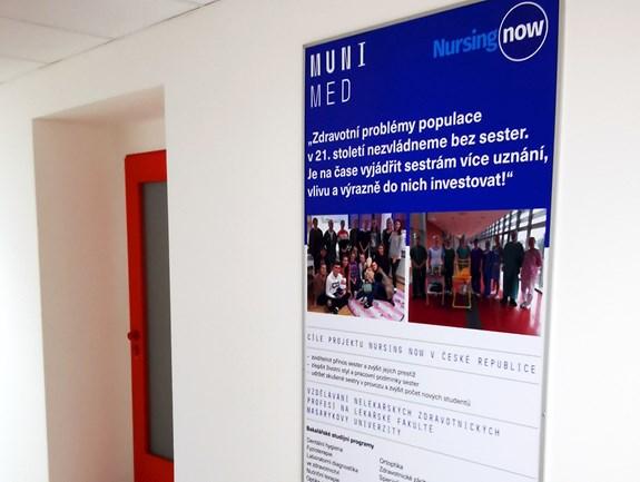 Foto banneru k projektu Nursing Now (NN) na chodbě Katedry ošetřovatelství a porodní asistence LFMU