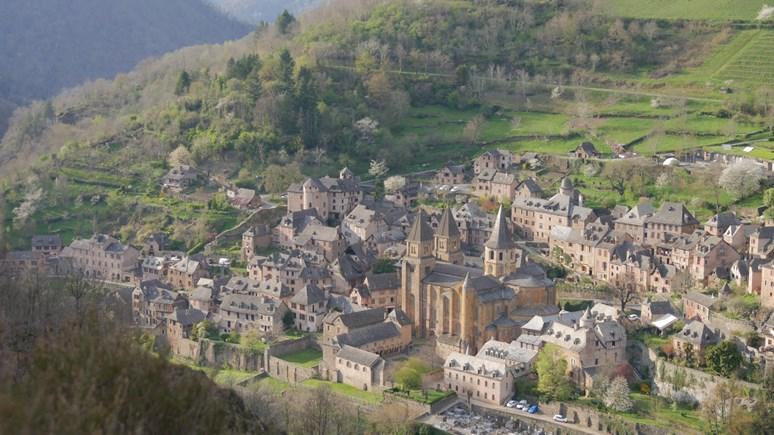 Pohled na městečko Conques. Zdroj: Archiv Ivana Folettiho