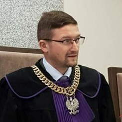 Fakový účet na Twitteru používá Juszczyszynovy osobní fotografie.