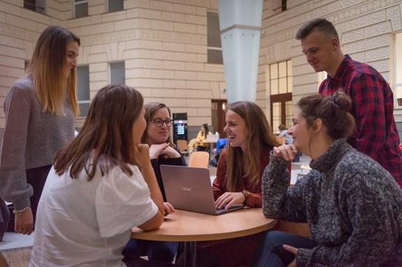 Na fakultě sociálních studií studuje v současnosti 197 doktorských studentů. Fakulta nabízí 15 studijních programů, většina z nich se dá studovat v prezenční i kombinované formě. Některé z nich jsou vyučované v anglickém jazyce. Foto: Denisa Marynčáková