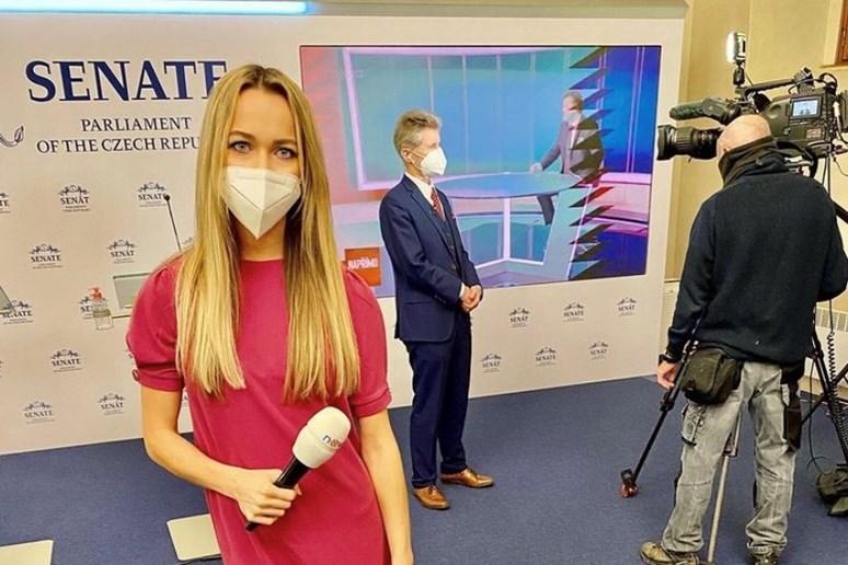 Podle Šimkové je k práci televizního reportéra nezbytné dokázat přirozeně vystupovat před kamerou. Foto: archiv Simony Šimkové
