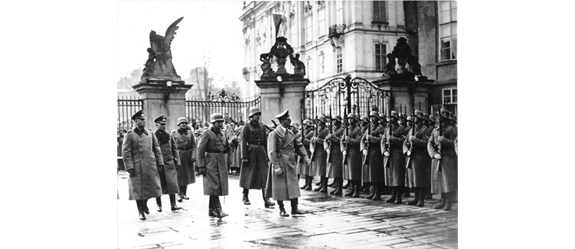 "Adolf Hitler a nacisté na Pražském hradě. Foto 1: Prag, Burg, Besuch Adolf Hitler, <a href=""https://commons.wikimedia.org/wiki/File:Bundesarchiv_Bild_183-2004-1202-505,_Prag,_Burg,_Besuch_Adolf_Hitler.jpg"">File:Bundesarchiv Bild 183-2004-1202-505, Prag, Burg, Besuch Adolf Hitler.jpg - Wikimedia Commons</a>"