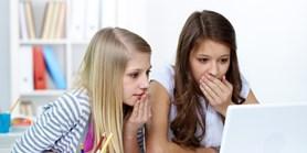 Nová studie: Dospívající s kvalitním rodinným zázemím vídají méně škodlivých obsahů na internetu
