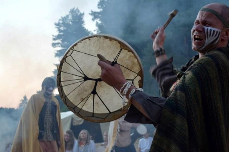 V létě kleriku střídá indiánský oděv. Jedním z Hanákových koníčků je organizace dětských táborů. Foto: archiv Jana Hanáka