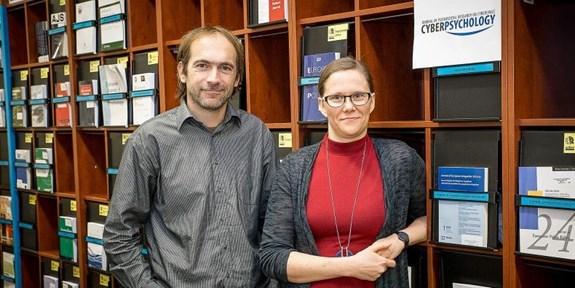 """Lenka Dědková a David Šmahel se podílí na vydávání jediného impaktovaného časopisu na Masarykově univerzitě. Zdroj: <a rel=""""noopener"""" href=""""https://www.em.muni.cz/veda-a-vyzkum/10172-prvni-casopis-na-muni-ziskal-impakt-faktor"""" target=""""_blank"""">Magazín M</a>"""