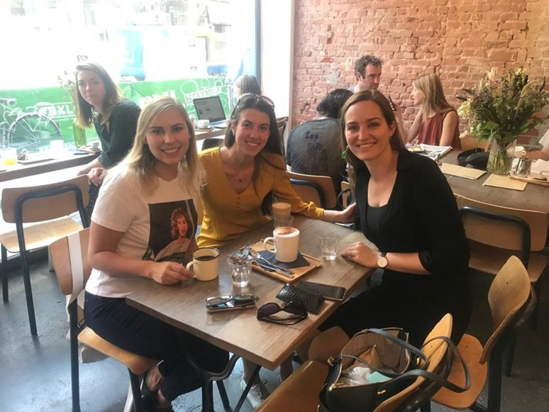 Veronika Fawad necestuje jen kvůli práci, ale také ve volném čase. S kamarádkami se vydala například do Bruselu. Foto: archiv Veroniky Fawad