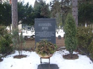 Nacisté za války vyhladili více než devadesát procent brněnské židovské komunity. Na fotografii je památník obětem holocaustu na židovském hřbitově v Brně-Židenicích. Foto: archiv Vladimíra Černého