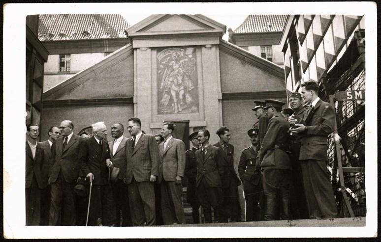 Kounicovy koleje v Brně sloužily za okupace jako policejní věznice gestapa. Fotografie zachycuje prezidenta Edvarda Beneše při jejich návštěvě v květnu 1945. Foto: archiv Vladimíra Černého