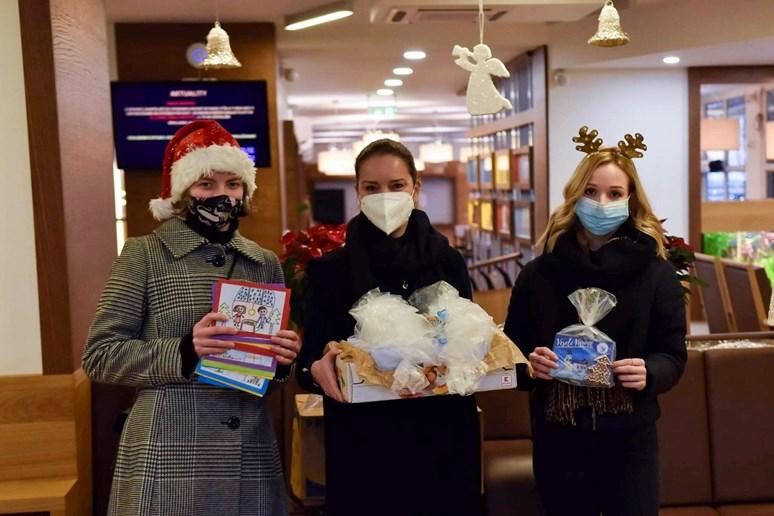 Zuzana Vrbecká (vpravo) se společně s dalšími dobrovolníky rozhodla před Vánoci napéct perníčky pro seniory. Foto: archiv Zuzany Vrbecké