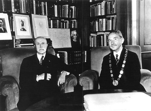 Předání medaile na rektorský řetěz – Masaryk a rektor Krejčí Foto: Masarykova univerzita